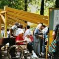 Eröffnungsfeier im Juni 2003 - Frau im Rollstuhl
