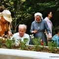 Eröffnungsfeier des Mariahilfer Ruhe- und Therapieparks -  BesucherInnen pflanzen Kräuter