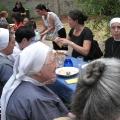 Sonnwendfeier Gäste beim gemeinsamen Essen
