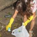 Putz- und Renovierungsaktionen im Park September 2009 - Beim Mistaufkehren
