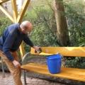 April 2009 - Osterputz im Ruhepark - Georg Schober putzt eine Parkbank