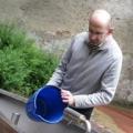 Georg Schober reinigt das Wasserschiffchen im park - 11. Mai 2009