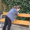 April 2009 - Osterputz im Ruhepark - Petra Öllinger putzt eine Parkbank